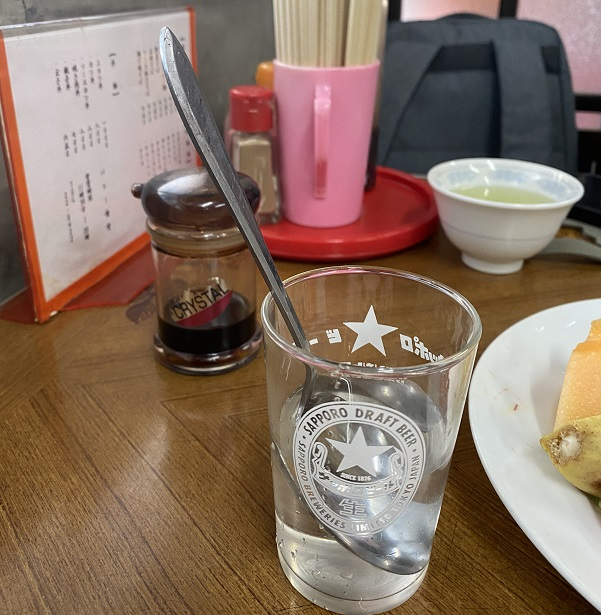 お冷はスプーンとセットで登場@「パリー食堂」