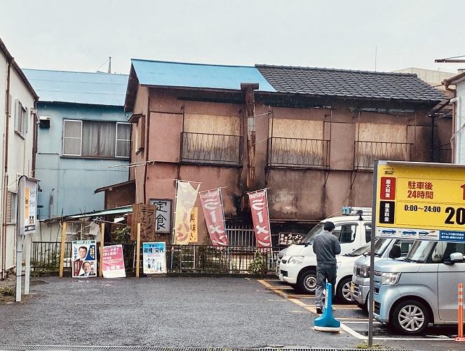 「栄華」の店舗の横顔。筋金入りだ。
