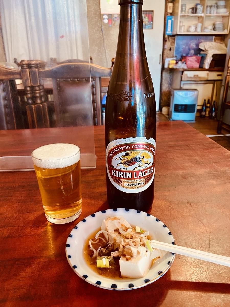 「孔雀苑」でビール。まさかの大瓶。