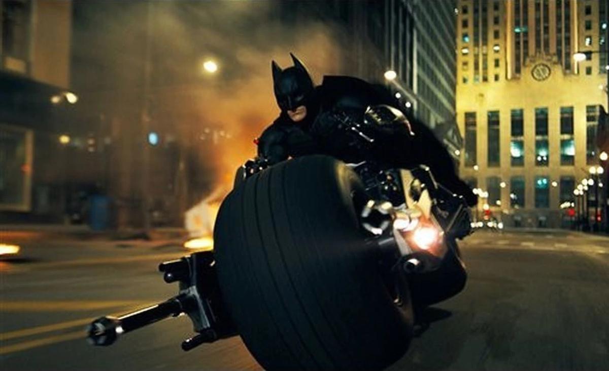 バットポッドでゴッサムシティを疾走するバットマン