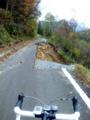 桑ケ仙林道、県境より約3km。崩落部分