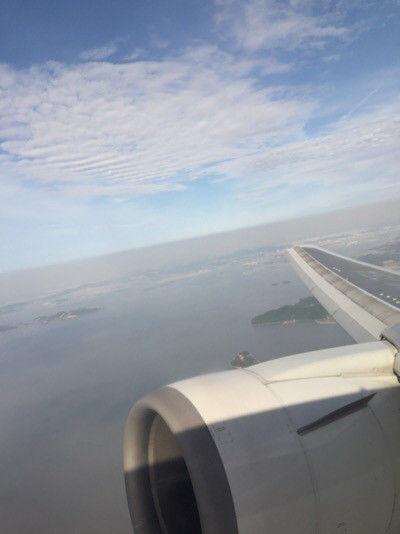 飛行機の窓から見た景色
