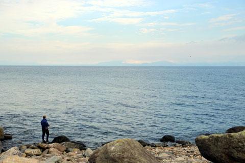 海と釣り人