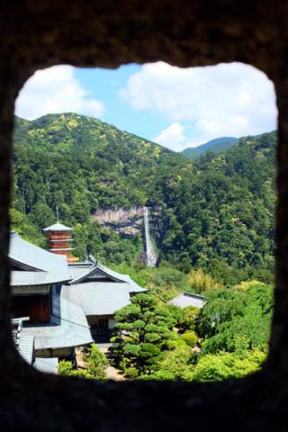 灯篭の中から那智の滝