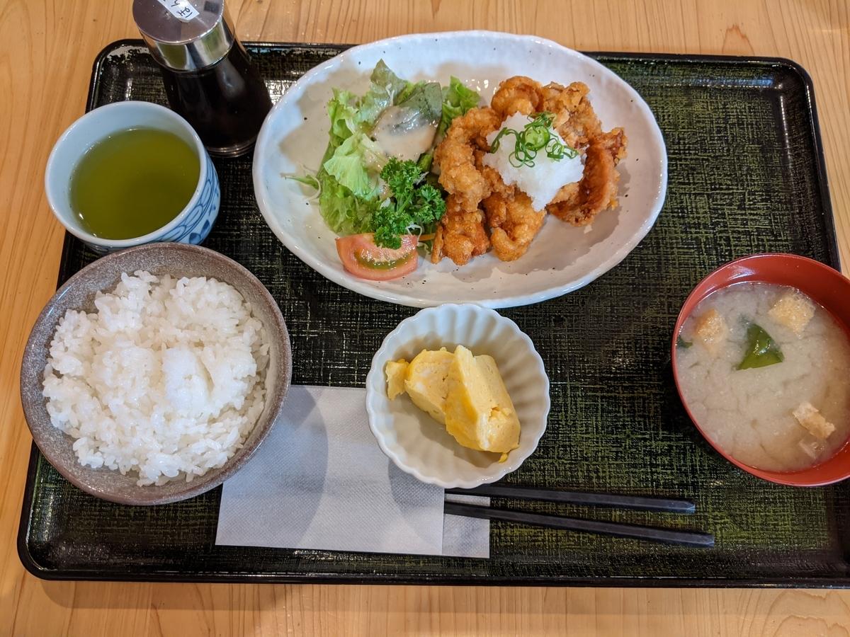 空港で食べた唐揚げ定食の写真