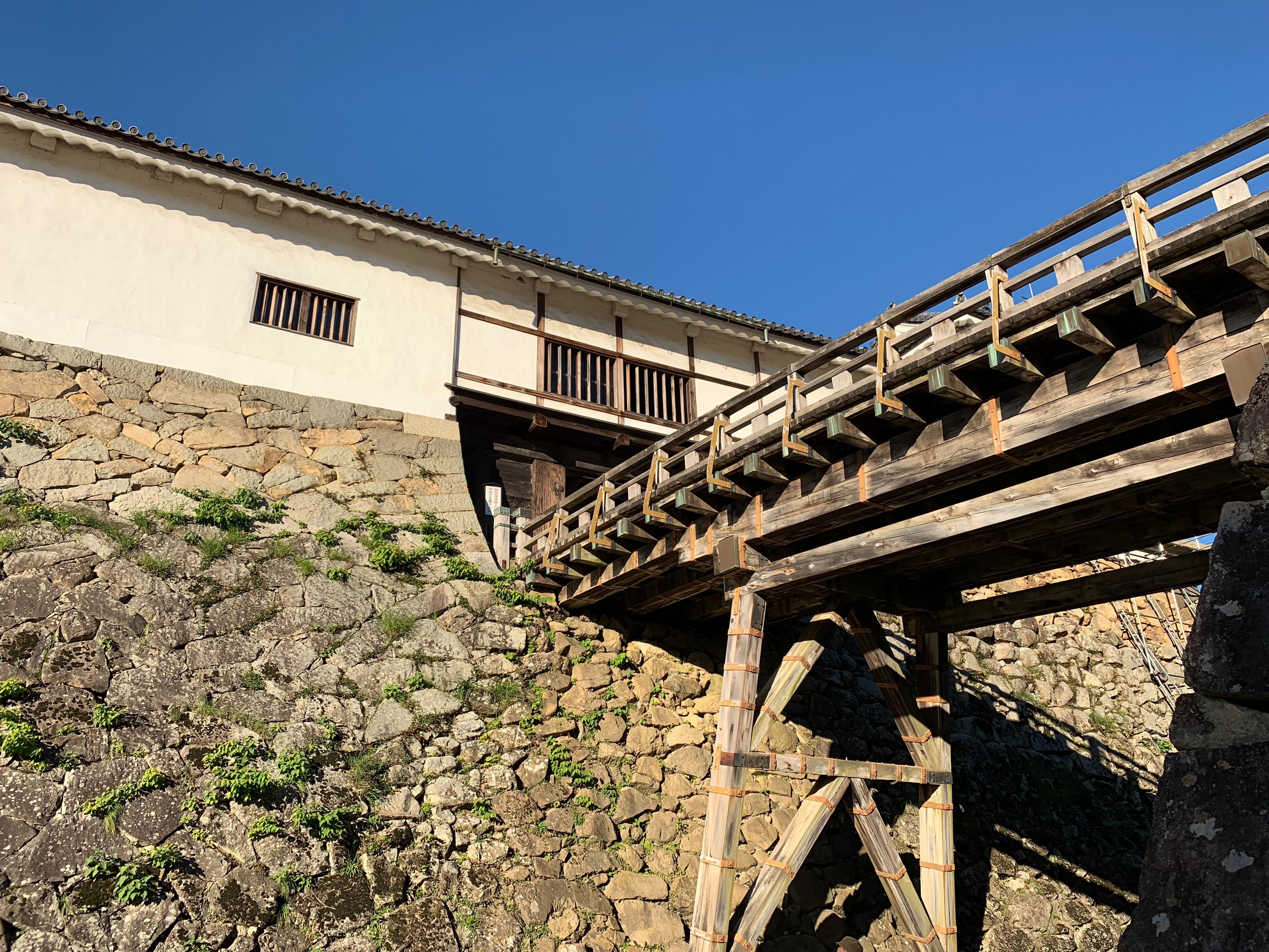 彦根城の天秤櫓を下から見た写真