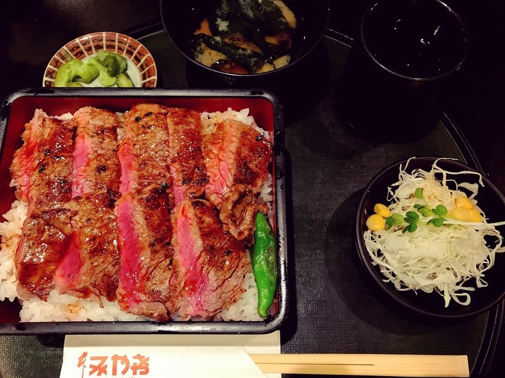 大阪の大人気店である本みやけのステーキ重