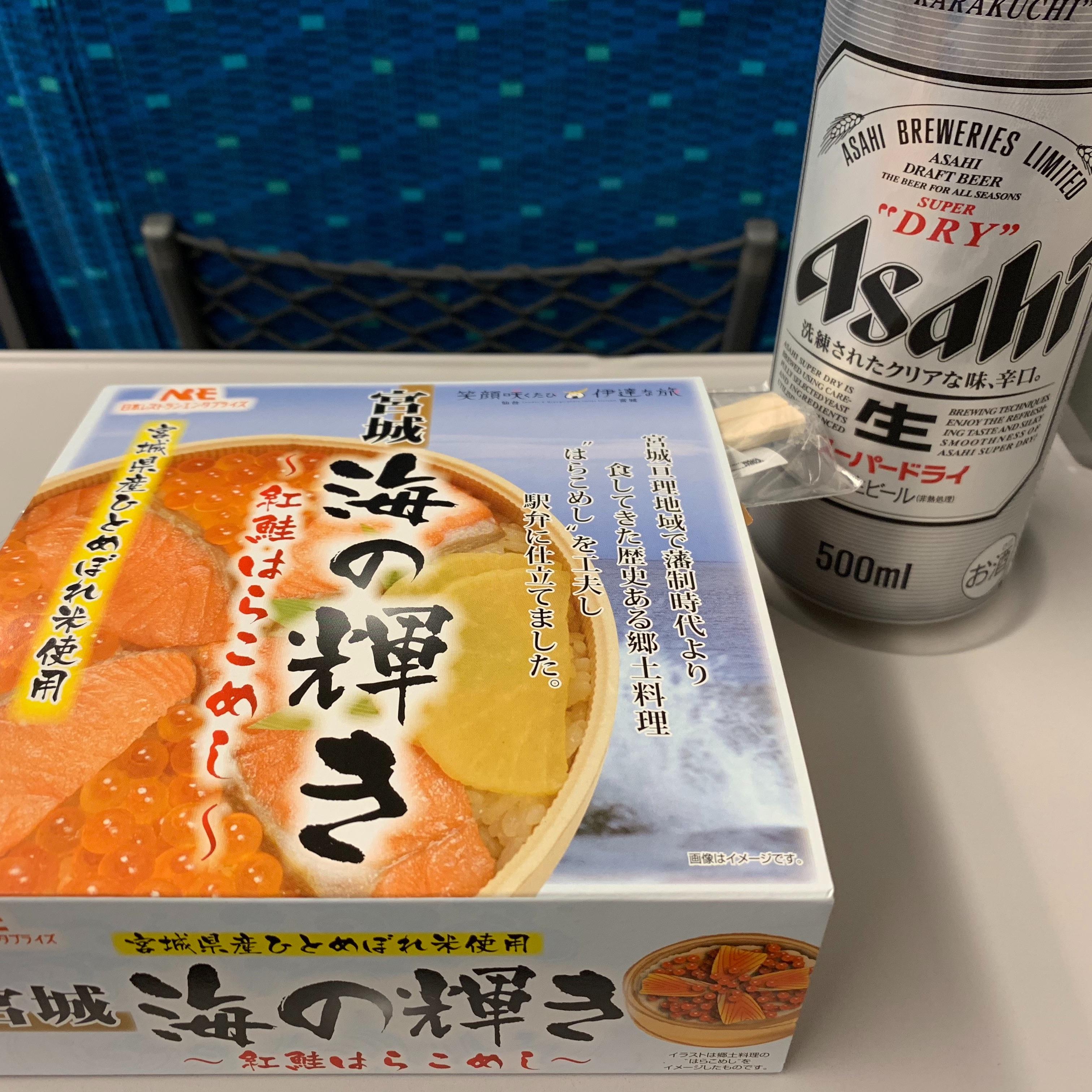 新幹線の中で食べる駅弁とビール