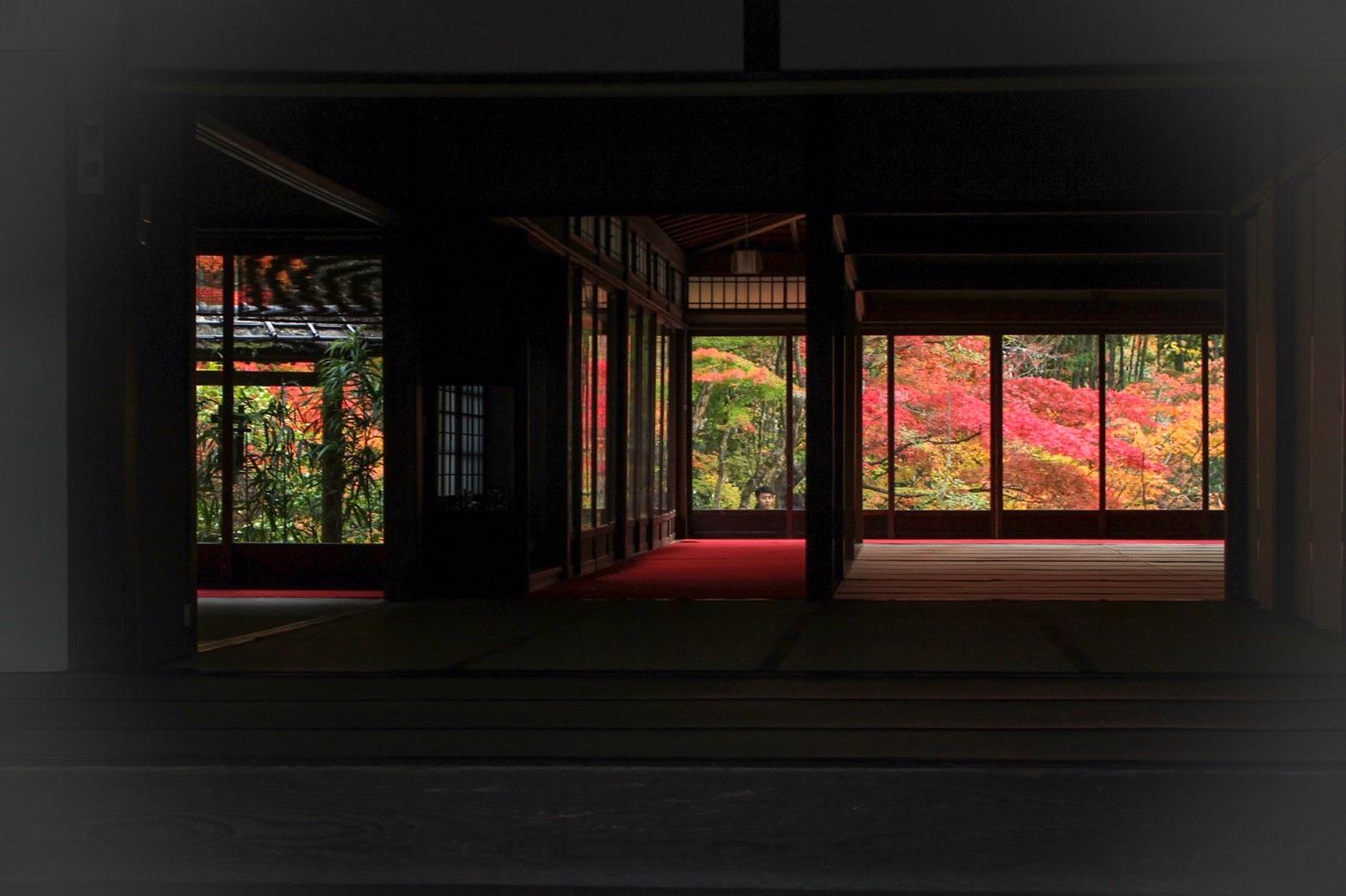 紅葉に染まる京都の南禅寺
