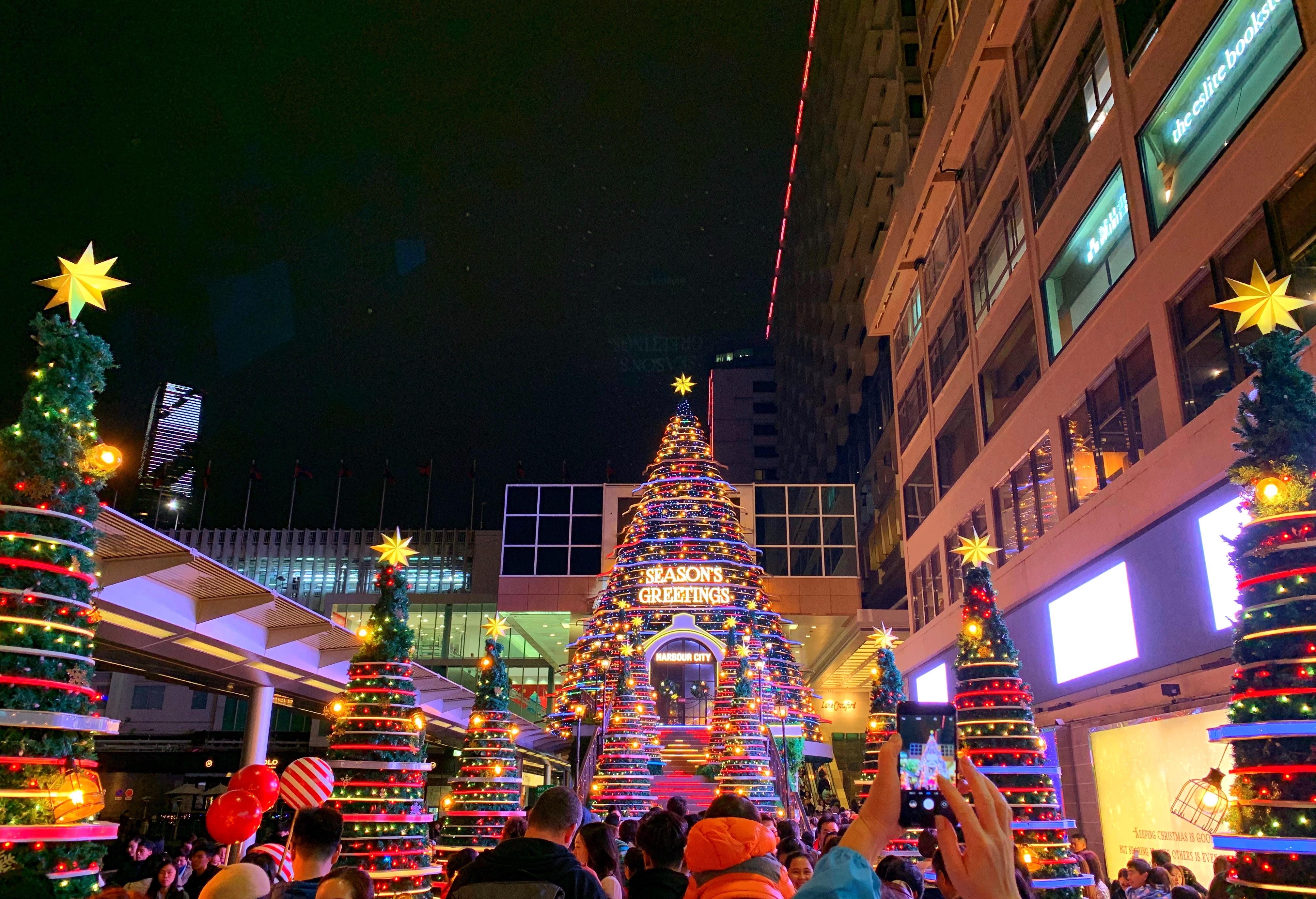 香港のハーバーシティーのクリスマスツリー