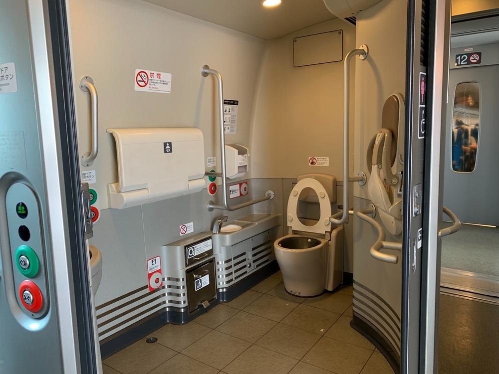 新幹線の多目的トイレ