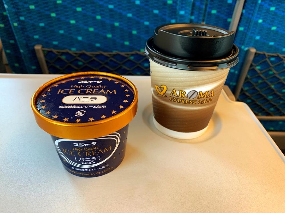 新幹線のアイスクリームとホットコーヒー