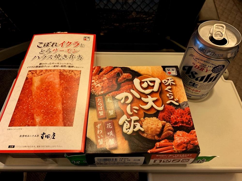 引退が迫る700系新幹線の車内で食べる駅弁