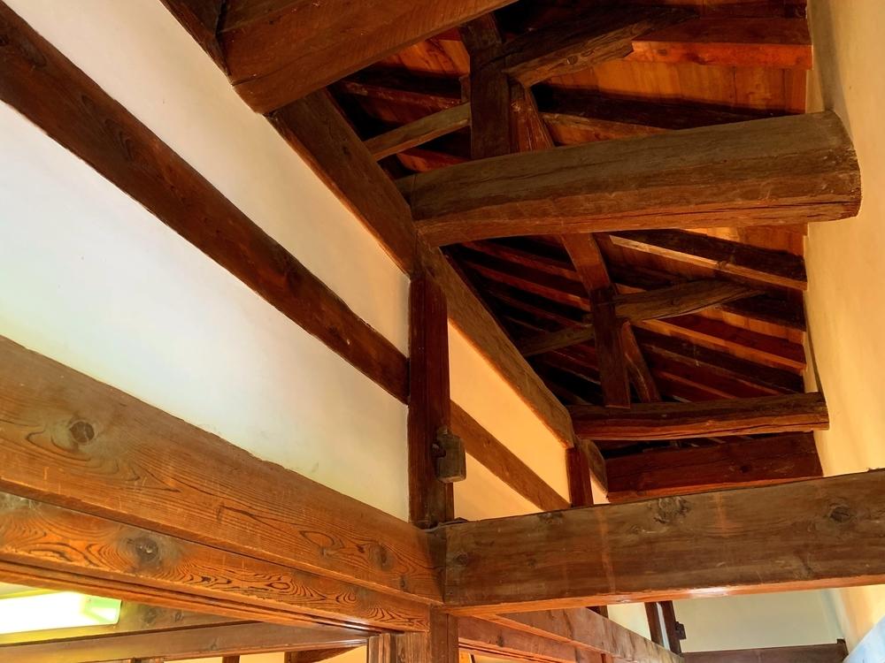 彦根城の開放的な屋根裏のスペース