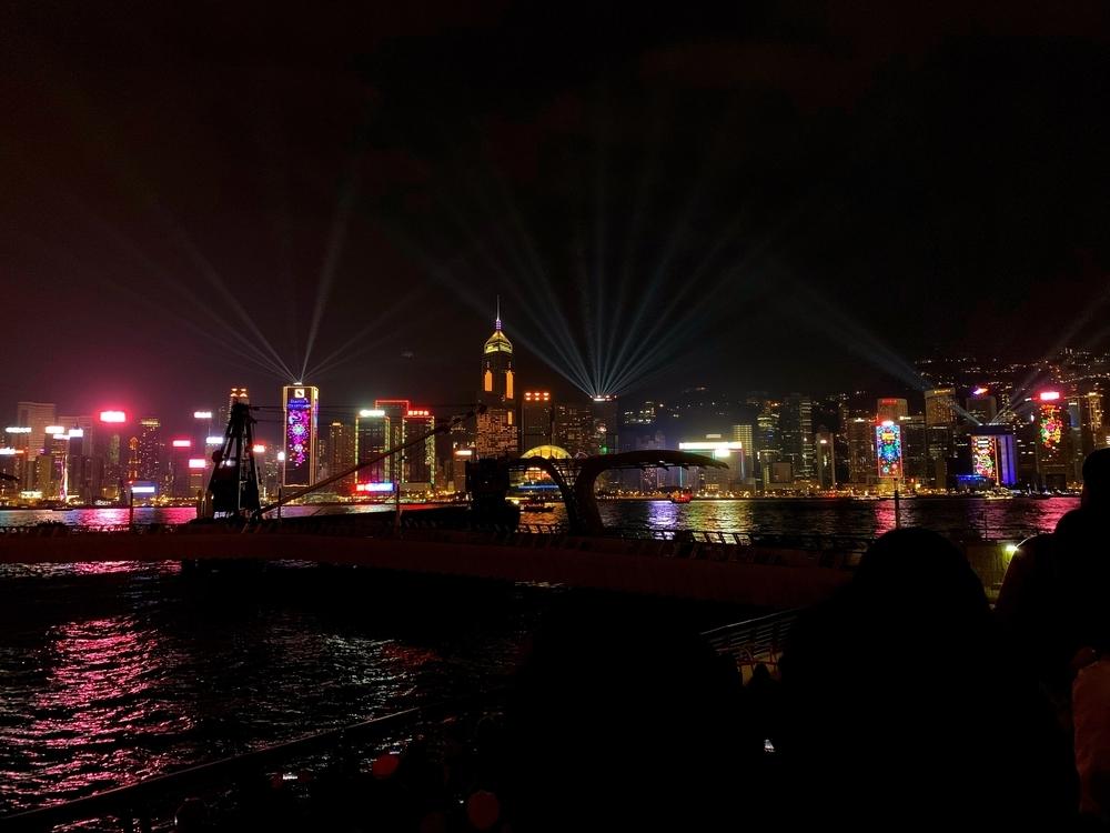 香港ヴィクトリアハーバーから眺めるシンフォニーオブライツ