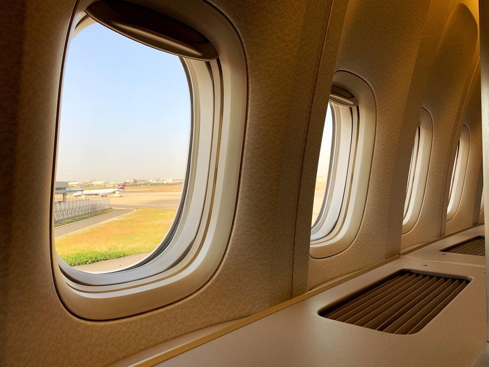B777-300ERの2A席から窓を見た様子