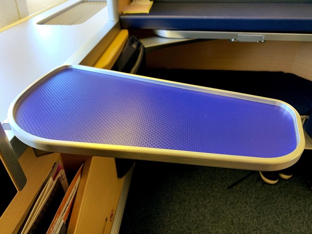 ANAファーストクラスの可動式の小さなテーブル