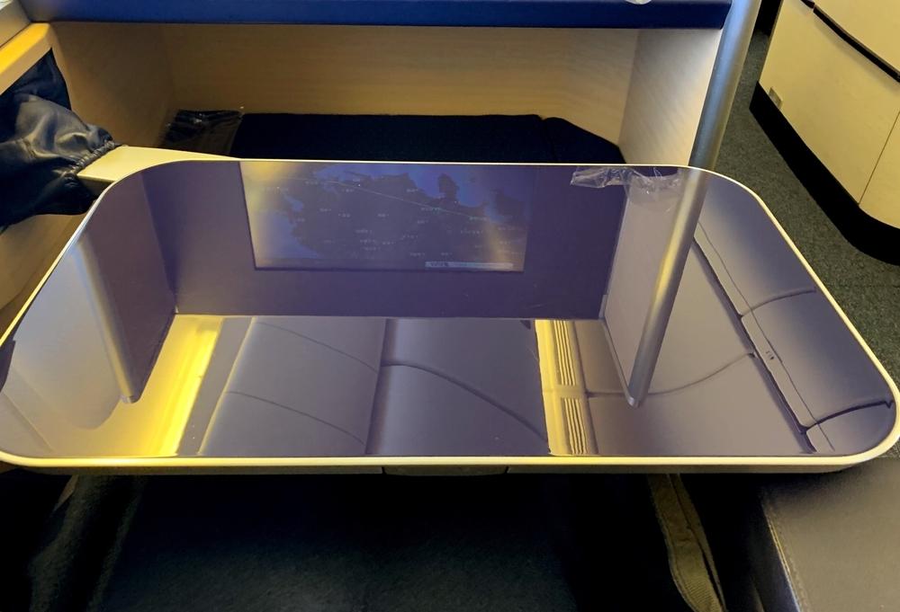 ANAファーストクラスの可動式の大きなテーブル