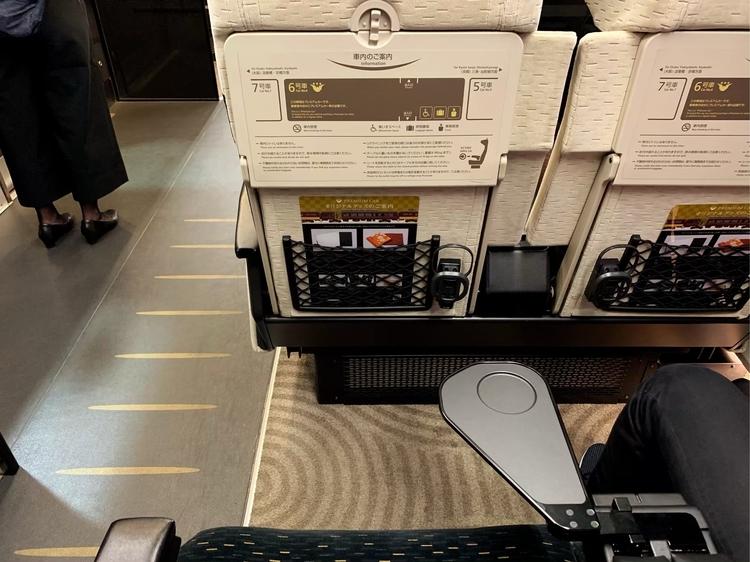 京阪のプレミアムカーの小さなテーブル