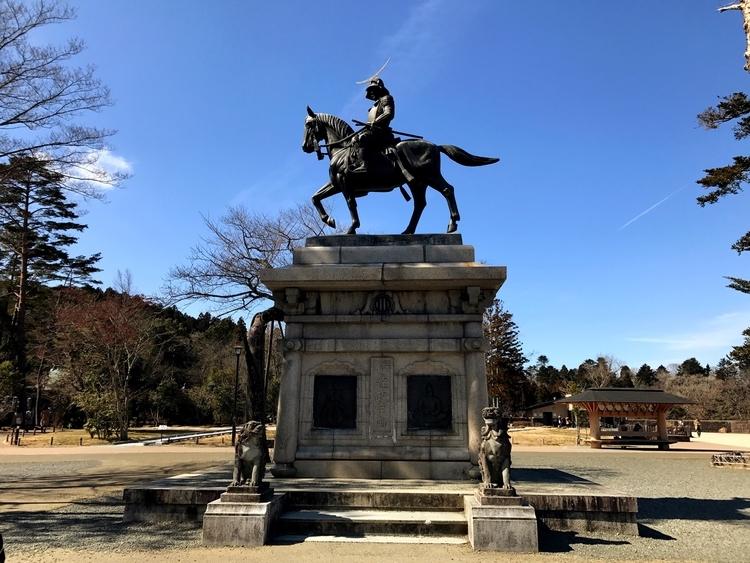 仙台城跡に建つ伊達政宗像