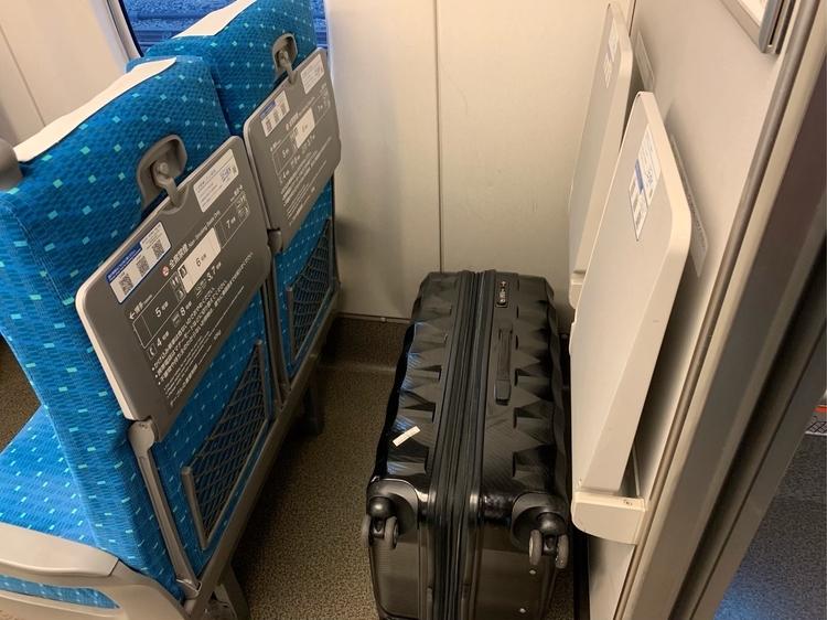 N700系新幹線の座席の後ろに置くスーツケース