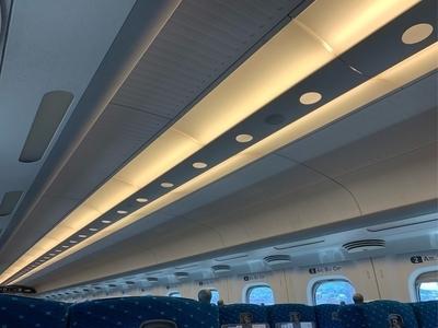 N700系新幹線の網棚と天井