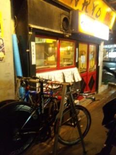 有楽町のガード下、モツ焼き、焼き鳥の店金陵の前にディスクホイール