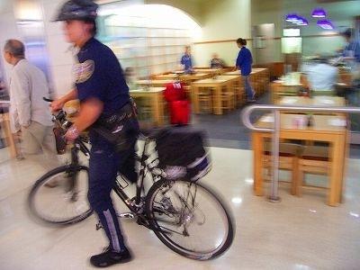 サンフランシスコ国際空港のポリスマンもTREKで移動。