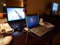 ビジネスデスクに備え付けの19インチノートパソコン