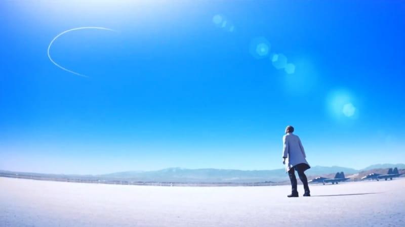 エルジアのドクター・シュローデルが大空を飛ぶミハイを見上げている様子【エースコンバット7】