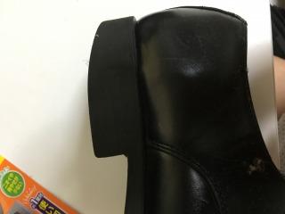 補修する前の革靴底をみてください
