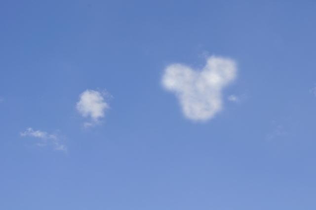 ディズ二―のミッキーマウスに似てる雲