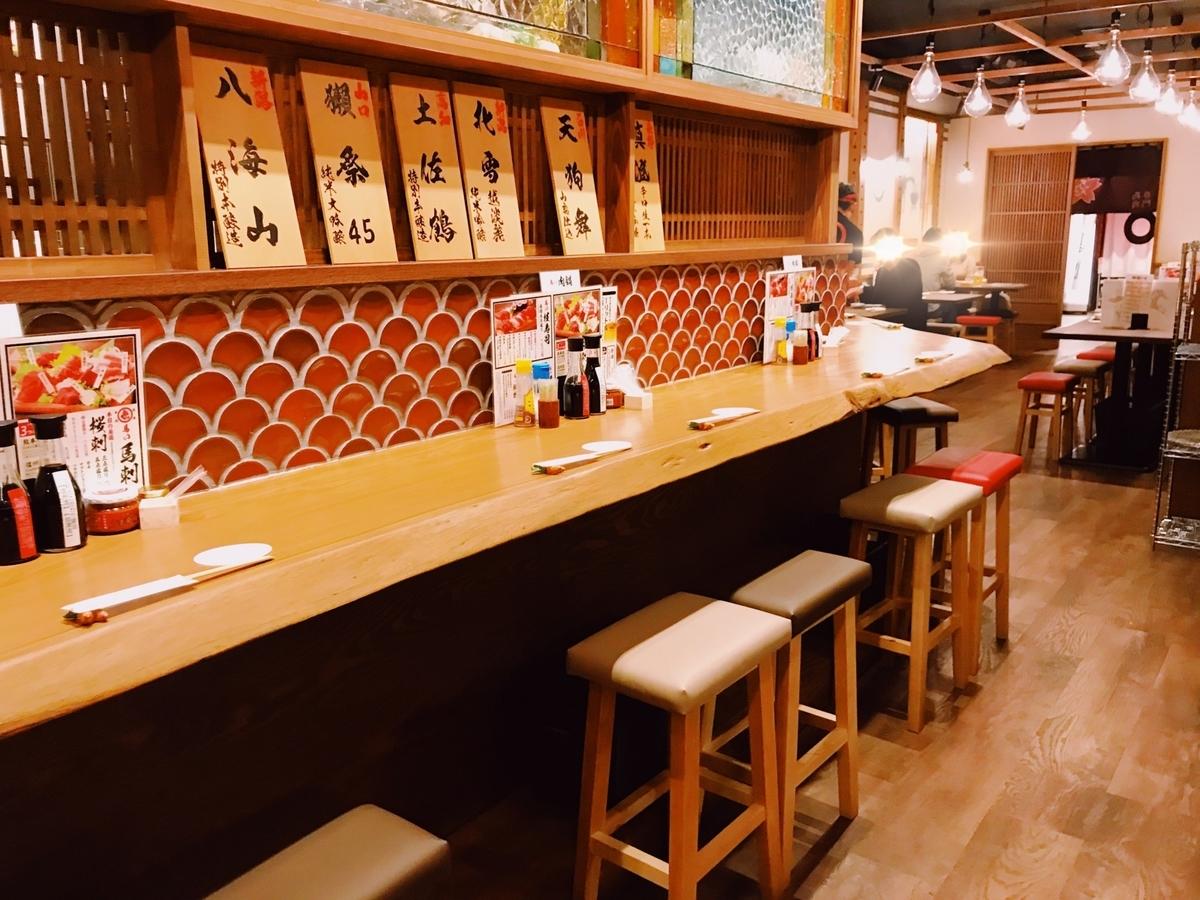 上野 馬肉酒場三村 カウンター席とテーブル席