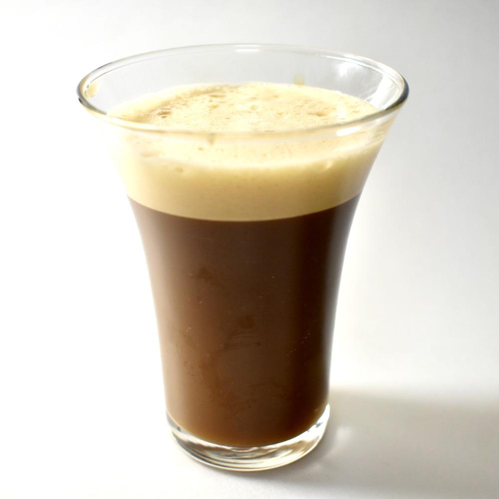 グラスに注いだ泡のあるワンダフルワンダ