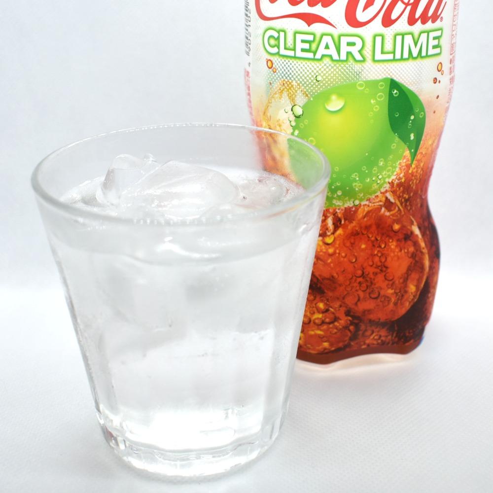 氷の入ったグラスに注いだコカ・コーラクリアライム