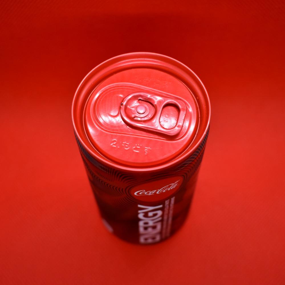 コカ・コーラエナジーの缶上部とプルタブ