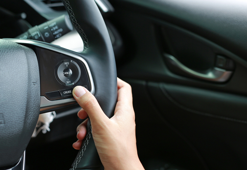 クルーズコントロールとは?使い方、搭載車種、燃費効果まとめ