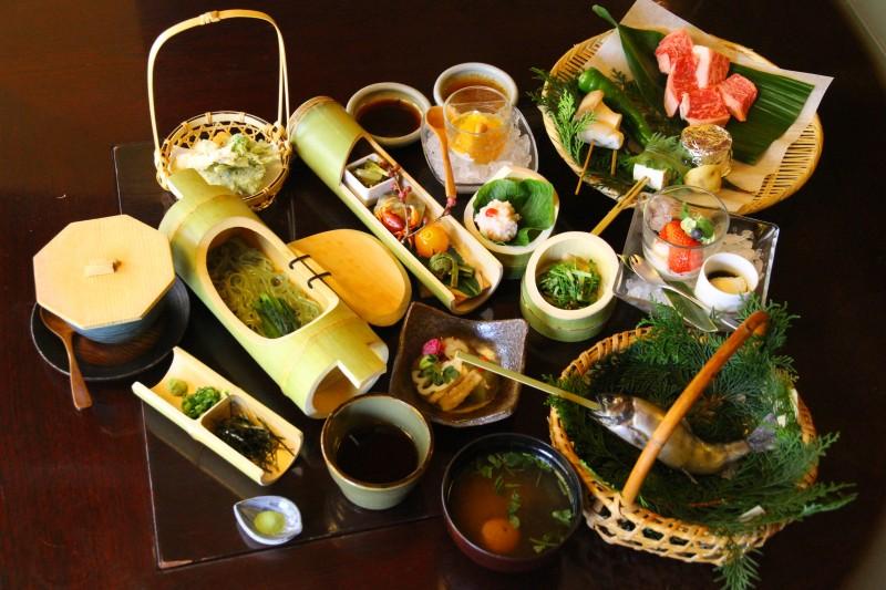 秋川渓谷のグルメなら料理屋「黒茶屋」へ。クルマで訪れれば渓谷温泉も満喫できる