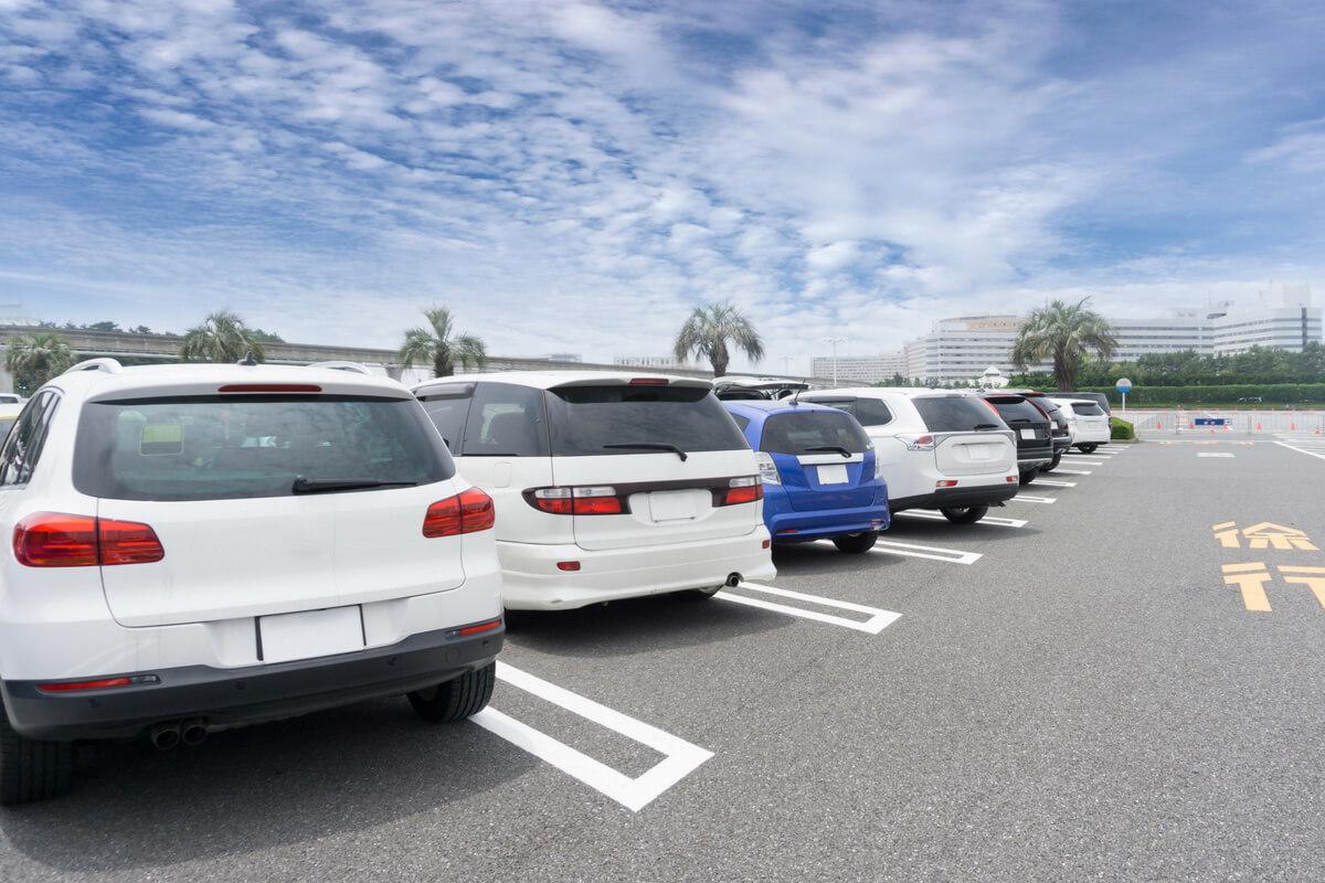 真夏の車内温度は5分で灼熱に!長時間駐車する時に放置してはいけないものリスト