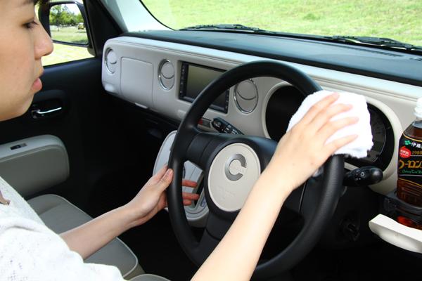 実はとってもがホコリがたまりやすい車内