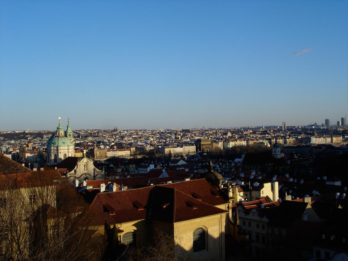赤い屋根が印象的なプラハの街