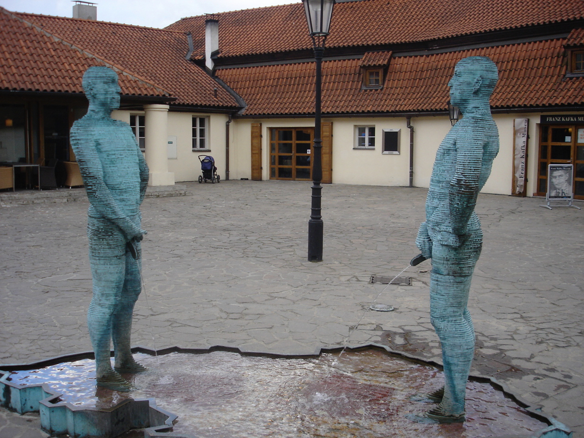 カフカのミュージアム前のシュールな噴水?