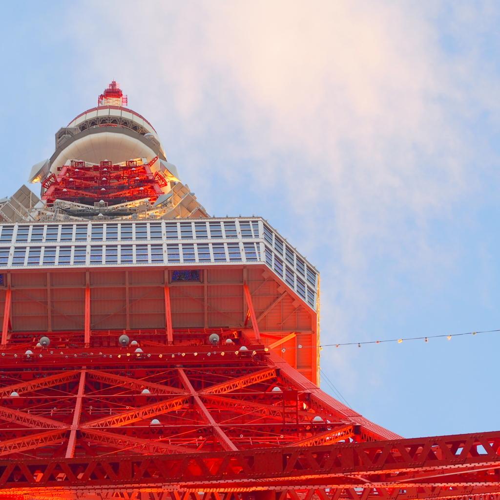 東京タワーを下から見上げる