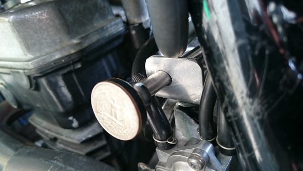 直引きチョークレバーのノブについてる25セント硬化