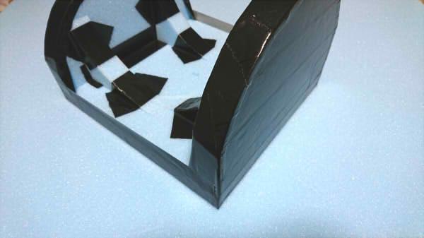 耐ポリエステル樹脂のためスタイロフォームにガムテープを貼る画像