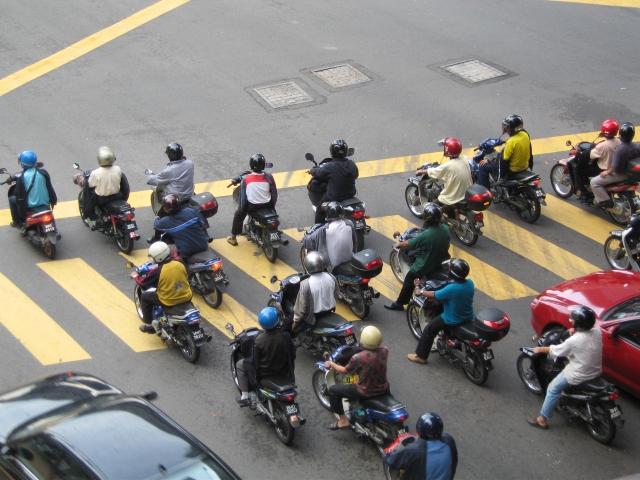 """""""原付バイク""""で2人乗りするのは物理的に転びやすくて危険な2つの理由"""
