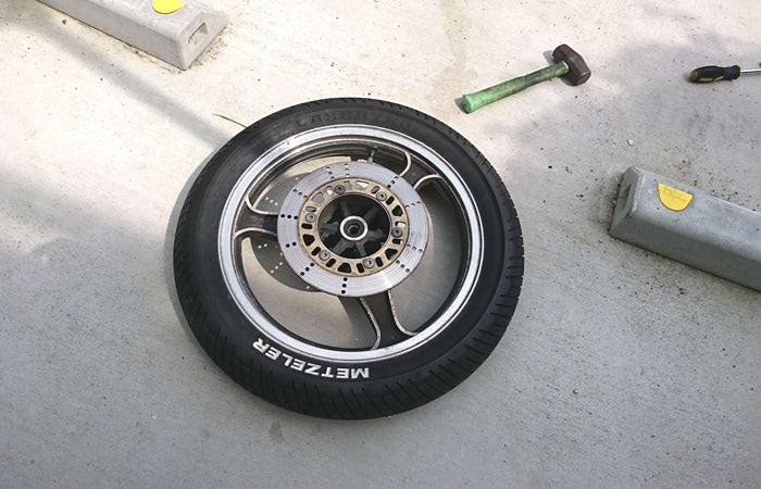 【バイク】チューブレスタイヤのエアバルブ交換|タイヤ外さずに出来る