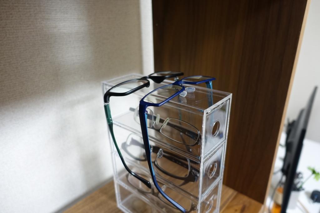 無印良品の「アクリルメガネ・小物ケース」の上にさらにメガネを載せて