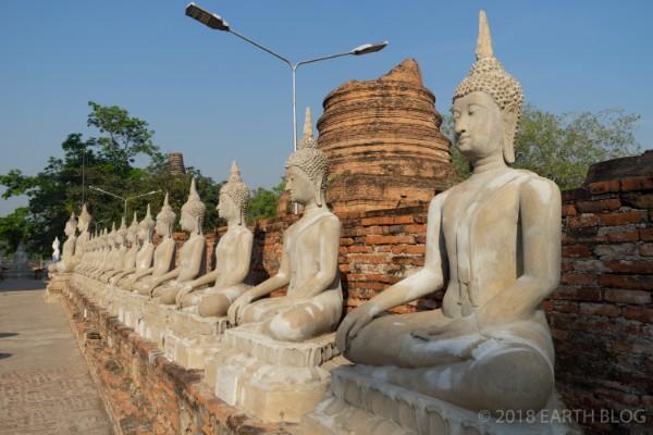並んだ仏像