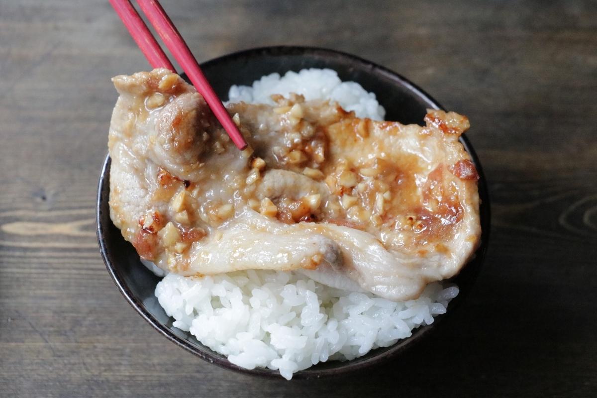 タイの屋台メシっぽい「豚肉のタイ風香ばし漬け焼き」。タマリンドの甘酸っぱさを手近なもので再現してみた【エダジュン】